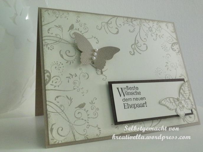 romantische Hochzeitskarte in Natrutönen beige Saharasand und Espresso mit Schmetterlingen und Schnörkeln